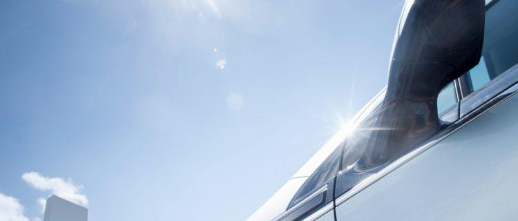 napfény a szélvédőn